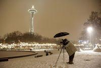 Anthony Evora fotografiert unter einem Schirm bei der Space Needle in Seattle, USA. (Keystone / AP / Ted S. Warren)
