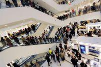 Letzte Einkäufe am 23. Dezember in einem Londoner Warenhaus. Menschengewusel geometrisch komponiert. (Keystone / EPA / Andy Rain)