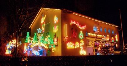 Das Buchloer Weihnachtshaus. Bis es so farbenprächtig Disneyland in den Schatten stellt, ist allerdings etwas HDR-Nachbearbeitung erforderlich! (Bild: W.D.Roth)