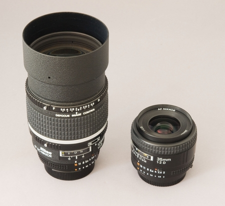 Nikon AF DC-Nikkor 135 mm 1:2 D und AF Nikkor 35 mm 1:2 D (Bild: W.D.Roth)