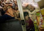 Pakistanische Frauen bemühen sich verzweifelt, an einem subventionierten Lebensmittelgeschäft das Nötigste zu ergattern, nachdem die Preise im Frühjahr ins Unermessliche gestiegen waren. Rawalpindi, Pakistan, 5. März 2008. (Keystone / AP / Emilio Morenatti)