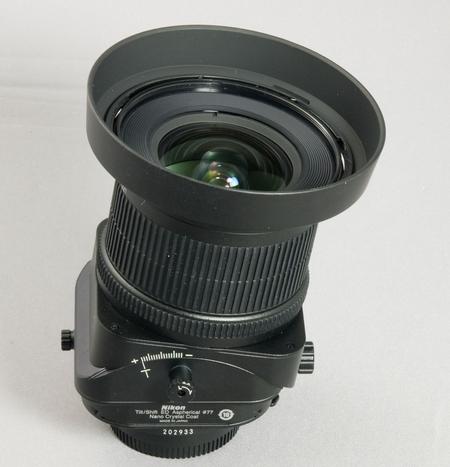 Das Nikon PC-E 24 mm / 3,5 D ED mit aktiviertem Tilt (Bild: W.D.Roth)
