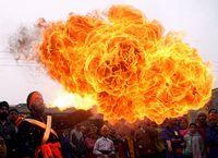 Ein Feuerspeier an der Parade zum Geburtstag des zehnten Guru der Sikh, Guru of the Sikhs, Guru Gobind Singh, in Jammu. (Keystone / EPA/ Jaipal Singh)