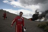 Jean-Paul Forthomme (Mitte) und Pilot Christian Lavieille Räumen das Feld der Dakar-Rallye in Argentinien nach einem Unfall. (Keystone / EPA / Cezaro De Luca)