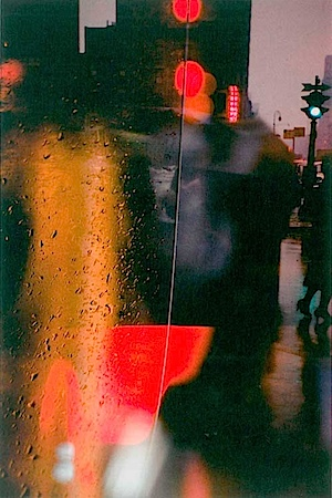 Saul Leiter: Spaziergang mit Soames, 1958. Courtesy Gallery Greenberg; Albertina Wien