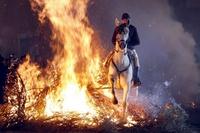 Ein Teilnehmer der Laminarias in San Bartolome de Pinares, Spanien, reitet durchs Feuer. (Keystone / EPA / Raul Sanchidrian)