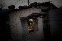 Ein Pakistanischer Friseur schneidet einem Jungen die Haare in seinem Geschäft in den Aussenbezirken von Islamabad. (Keystone / AP / Emilio Morenatti)