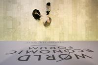 Teilnehmer des weltwirtschaftsforums in Davos diskutieren nach Veranstaltungsschluss im Kongresszentrum weiter. (Keystone / Peter Klaunzer)