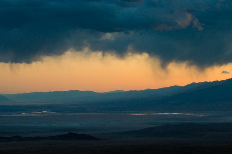 Die Virga im südlichen Teil des Tals: Geschossen bei 800 ISO im letzten Licht. Ich hatte nicht mehr dran geglaubt. Das Lichtspiel entschädigt für das karge Motiv. (© Peter Sennhauser)