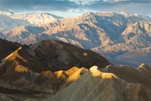 Na bitte! Hier steckt das Bild: Die geschwungene Linie der beleuchteten Gipfel führt den Blick ins Tal. (© Peter Sennhauser)
