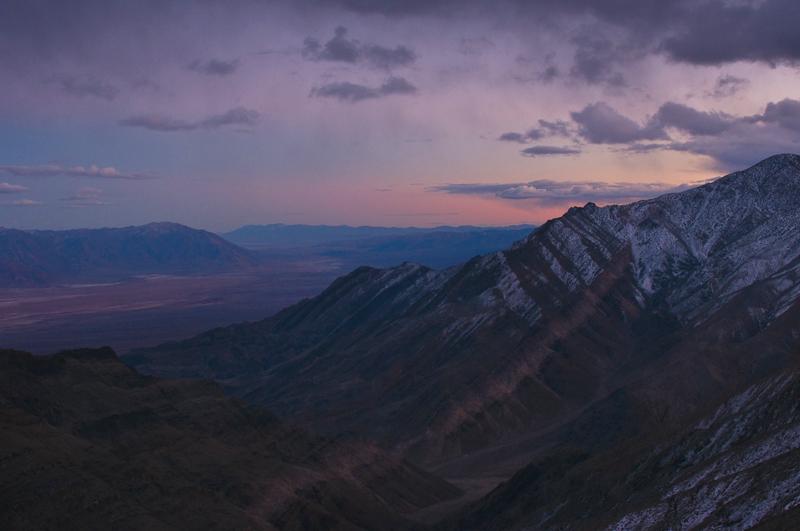 Der Vordergrund ist Meilen weit entfernt: Die Bergflanke zur rechten Bildseite hin ist Vordergrund und zugleich das Element, das durch das farbige Gesteinsband ins Bild hinein führt. (© Peter Sennhauser)