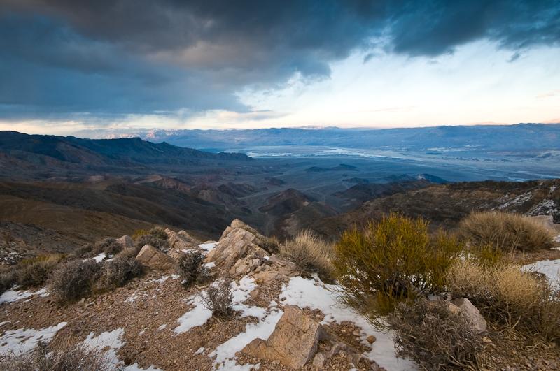Das ist vielleicht kein echter, motivhafter Vordergrund, aber es passiert wenigstens was in der ersten Bildebene. Dahinter öffnet sich das Tal, drüber, spürbar nah, ziehen die Wolken. Der Abgeschnittene Busch unten links ist eine Sünde. Der gehört wegretuschiert. (© Peter Sennhauser)