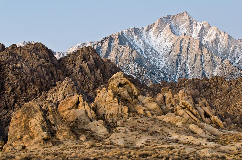 Zugegeben: Die überaus plastische Felsstruktur der Hügel im Vordergrund helfen gehörig. Trotzdem ist hier sofort klar. dass der Lone Pine Peak im Hintergrund ziemlich weit weg ist. (© Peter Sennhauser)