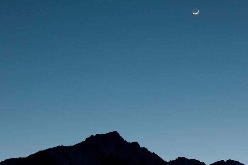 Sichelmond vor dem Lone Pine Peak in der östlichen Sierra Nevada. (©PS)