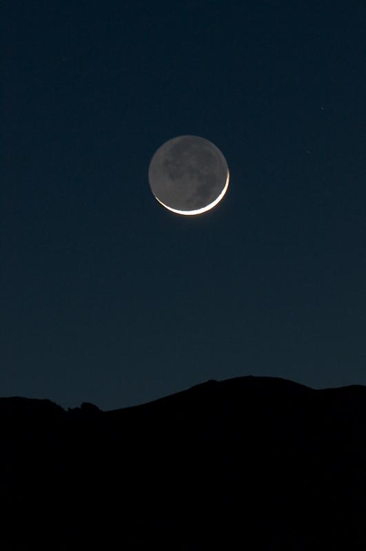 Erdschein und Bewegungsunschärfe: 4 Sekunden bei 400mm. Rechts des Mondes werden zwei Sterne zu Strichen. (© PS)