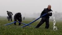 Die Feuerwehr hilft beim bewässern der Felder in Nanyang in der chinesischen henan-Provinz. (Keystone / EPA / Oliver Weiken)