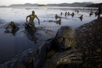 Festivalteilnehmer baden im Schlamm während der jährlichen 'Bloco de Lama' in Parati, Brasilien. (Keystone / AP / Natacha Pisarenko)