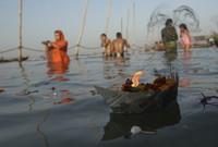 Hindus beten am Sangam, dem Zusammenfluss von Ganges und Yamuna, in Allahabad, Indien (Keystone / AP / Rajesh Kumar Singh)