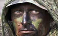 Ein kroatischer Soldat in Afghanistan hört seinem Vorgesetzten beim Briefing zu. (Keystone / AP / Darko Bandic)