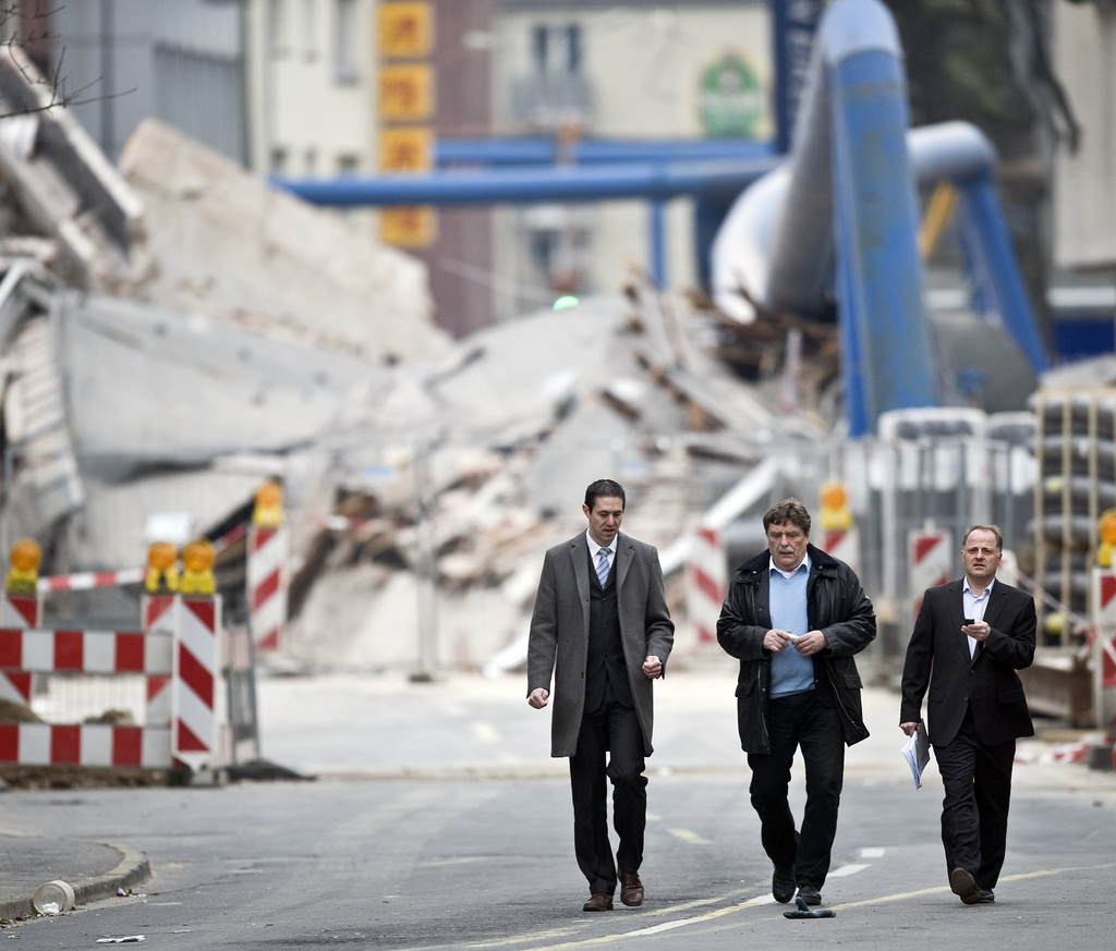 Oberbürgermeister Fritz Schramma (2. v. links) besichtigt die Einsturzstelle in Köln (Keystone)