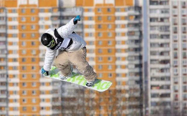 Ein unidentifizierter Snowboarder, fotografiert während des FIS-Events in Moskau am 5. März. (Keystone)