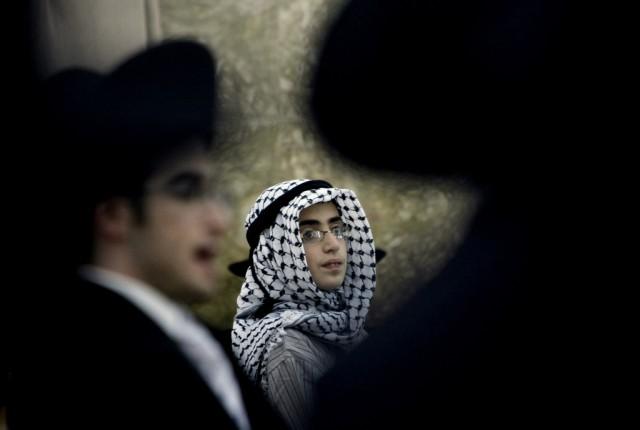 Israelische Jungen, einer verkleidet als Araber. (Keystone)