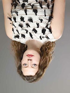 Anuschka Blommers und Niels Schumm: Veröffentlicht in Mode Depesche Nr. 8/2008: Yves Saint Laurent. Warum diese Portraits falsch herum sind, wird klar, wenn man sie umdreht. Dann erscheinen die Gesichter erschreckend deformiert. Augen und Mund stehen in der gezeigten Position, im Gegensatz zum Rest des Gesichtes, nicht auf dem Kopf.