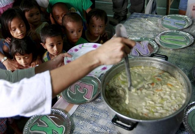 Philippinen, Kinder Essensausgabe (keystone)