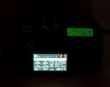 Das Statusdisplay ist bei Nachtaufnahmen angenehmer als der Monitor (Bild: W.D.Roth)