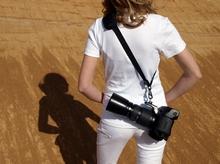 R-STRAP mit Kamera in Bereitschaft