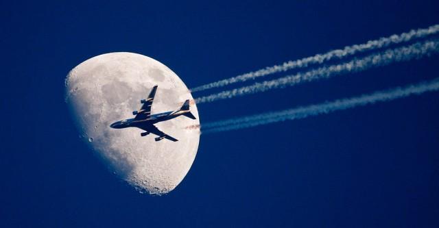 Flugzeug vor Mond (keystone)