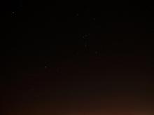 Gelungene Nachtaufnahme mit Rauschminderung: Olympus E-30, ISO 100, ZUIKO DIGITAL 14 - 54 mm 1:2,8 - 3,5 II bei 14 mm, 30 s, Blende 1:2,8: Das Sternbild Orion ist (nach Klick aufs Bild) klar zu erkennen (Bild: W.D.Roth)