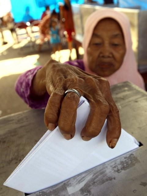 Indonesische Frau an der Urne (keystone)