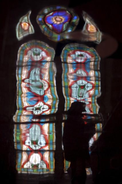 Kirchenfenster spiegeln sich am Boden (keystone)