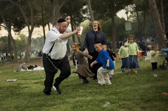 Ultraorthodoxe Familie feiert Pessach (Keystone)