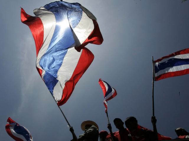 Thaiflaggen über den Köpfen der Anti-Regierungsdemonstranten in (Keystone)