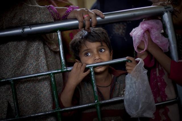 Pakistan Hungrige Essensausgabe (Keystone)