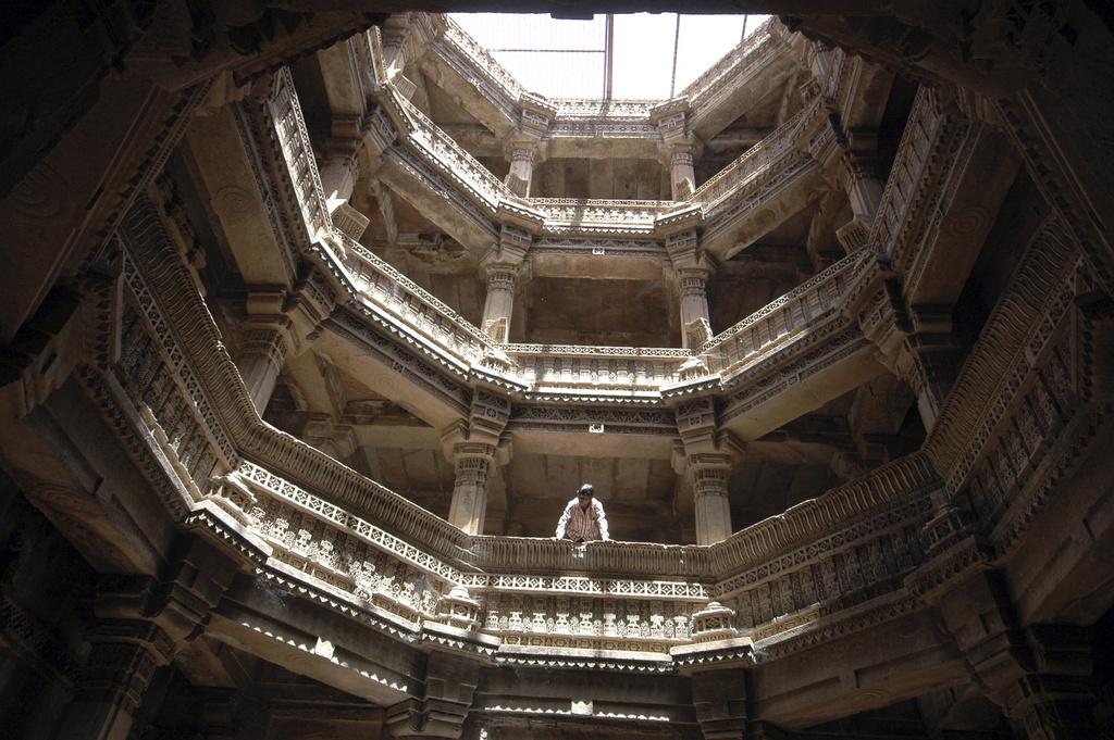 Blick aus der Koppel des Stufenbrunnens von Adalaj (Keystone)