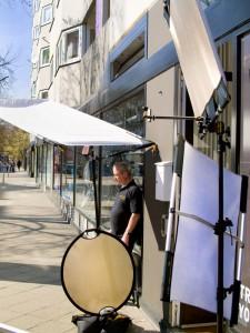 Der Mann von California Sunbounce sonnt sich vor der Tür