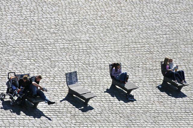 Menschen genießen 15 Grad in Kiel. (Keystone)