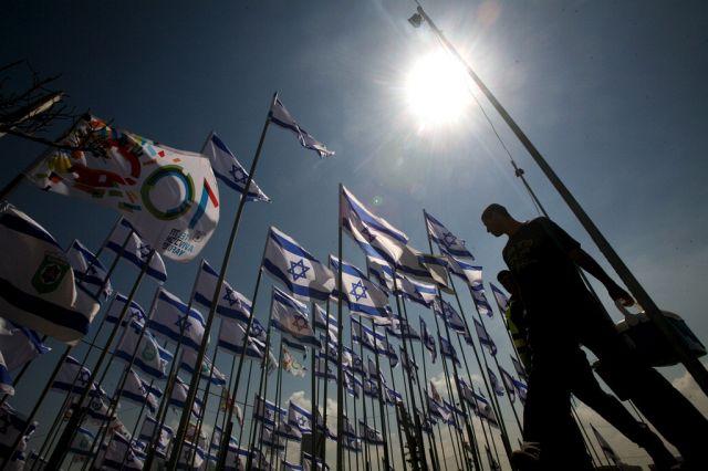 Männer und israelischen Flaggen (Keystone)