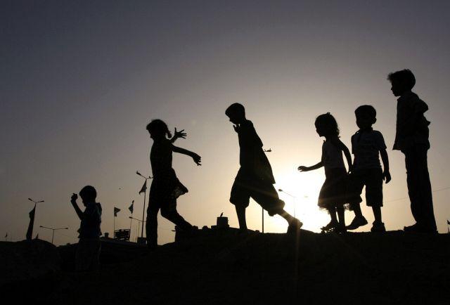 Silhouetten von spielenden Kindern zum Sonnenuntergang in Karachi. (Keystone)