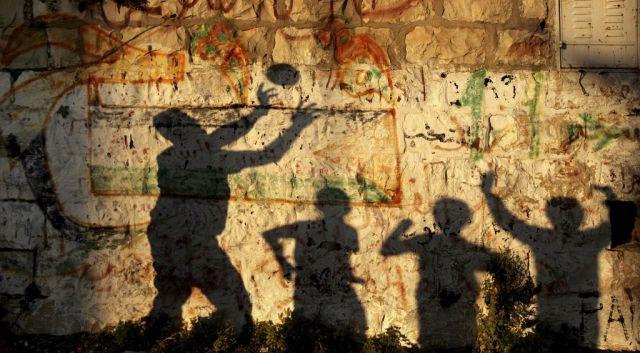 Palästinenser spielen mit einem Ball (Keystone)
