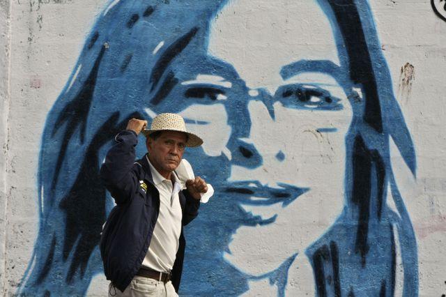 Ein Passant vor einem Porträt der Kandidatind er Demokratischen Revolutionspartei Balbina Herrera in Panama City (Keystone)
