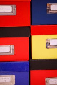 Gibt's auch noch: Schachteln voller Bildabzüge. (© Robert Kneschke)