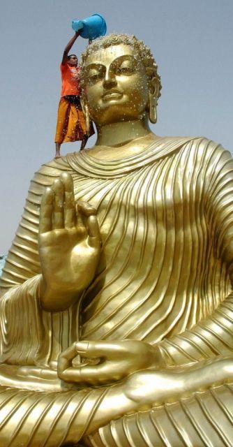 Buddha kriegt eine Dusche (keystone)