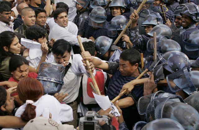 Maoisten gegen Polizei in Katmandu (keystone)