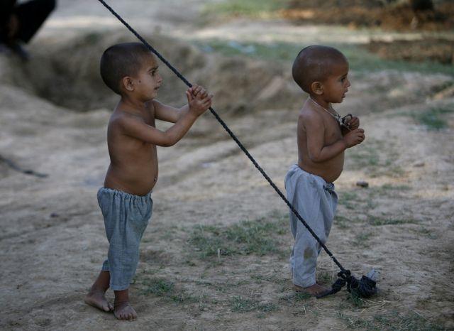 Zwei Jungs in Pakistan (keystone)