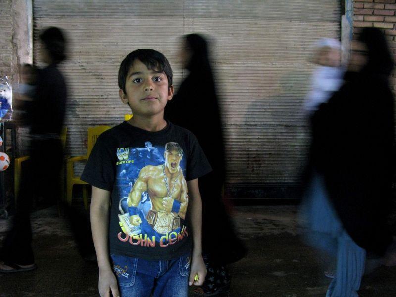 Ein junger Iraner posiert im traditionellen Bazaar von Ganjalikhan in Kerman (keystone )