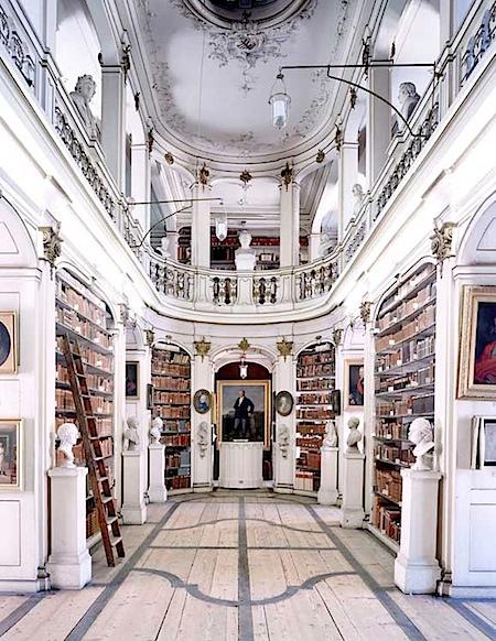 Candida Höfer: Herzogin Anna Amalia Bibliothek Weimar II, 20040 - (©) VG Bild-Kunst, Bonn 2009